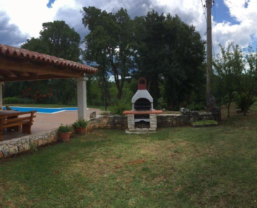 villa giovanna svetvinčenat istra dvorište